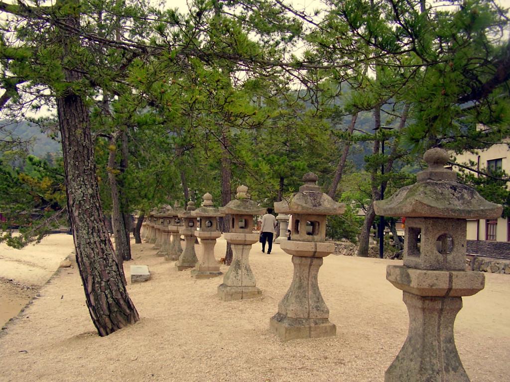 Miyajima - kamienne latarnie.