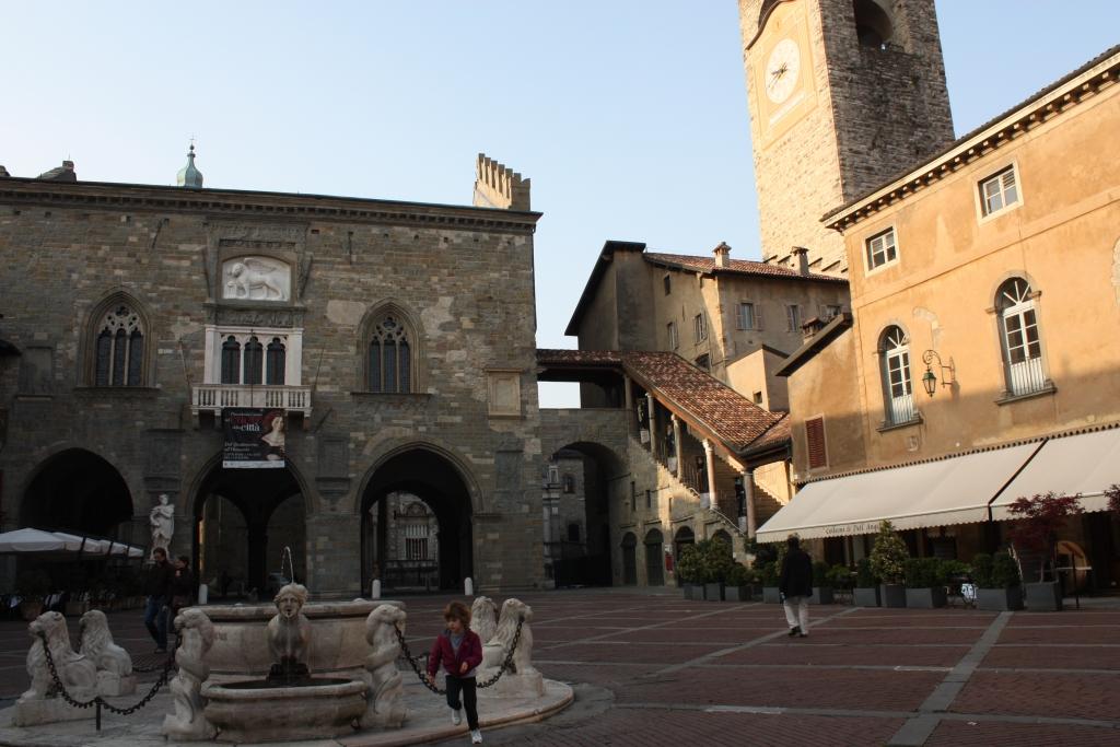 Bergamo, Piazza Vecchia Palazzo della Ragione i Fontanna Contarini