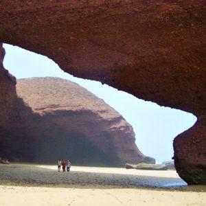 Przejście pod łukiem na plaży Legzira obróciło się w stertę skalnego gruzu