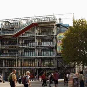 Centrum Pompidou wzniesiono wśród starych, historycznych kamienic