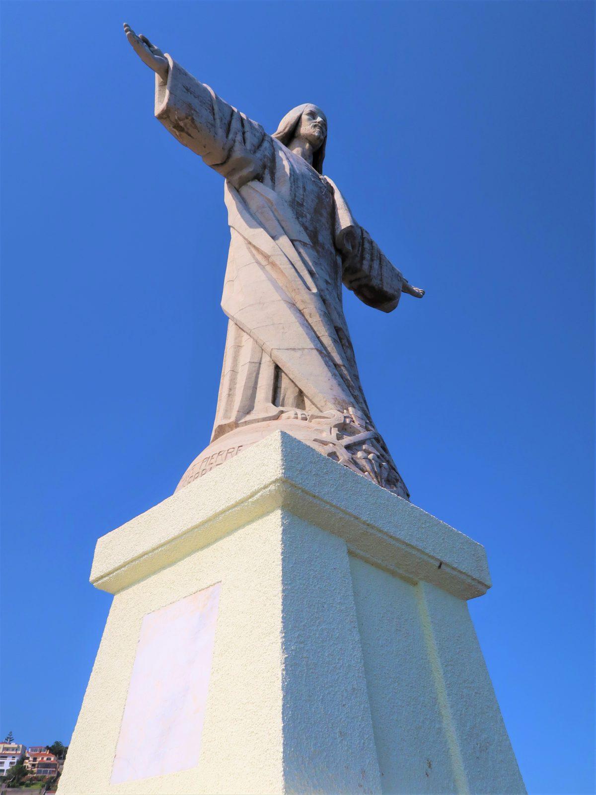Statua Chrystusa w Ponta do Garajau jest zwrócona twarzą do oceanu