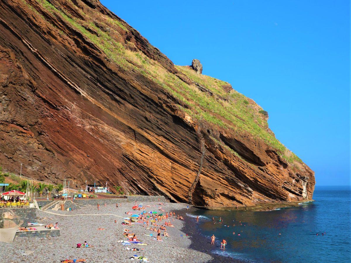 Kamienista plaża Ponta do Garajau