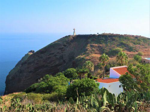 Ponta do Garajau. Na pierwszym planie domy wybudowane na klifie, w tle statua Chrystusa