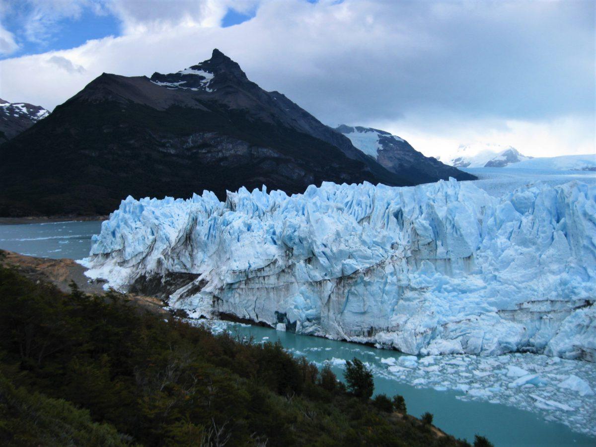 Park Narodowy Los Glaciares w otoczeniu majestatycznych gór