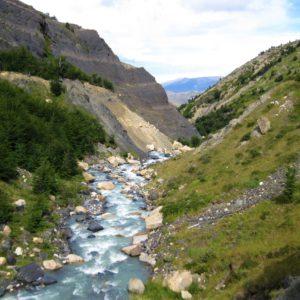 Granitowe skały poprzecinane górskimi rzekami w Parku Torres del Paine