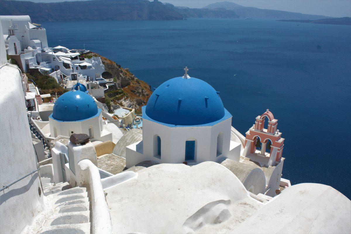Błękitne kopuły na tle morza to znak rozpoznawczy wyspy Santorini