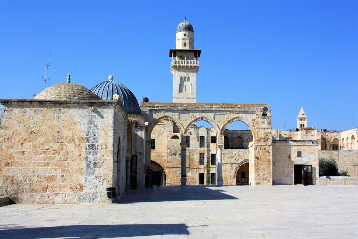 Dziedziniec przed Kopułą na Skale. W tle fragment muru zachodniego i widok na Muzeum Islamu