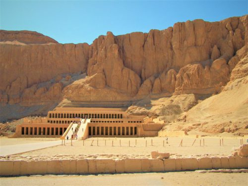 Świątynia Milionów Lat w dolinie Deir el-Bahari w Tebach, na zachodnim brzegu Nilu
