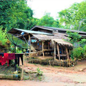 Do wiosek zamieszkiwanych przez Akha stopniowo dociera cywilizacja