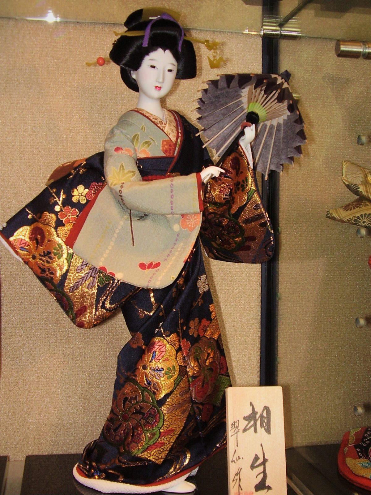 Tradycyjna lalka. Wykonane z wysokiej jakości materiałów wiernie oddają każdy szczegół stroju gejszy