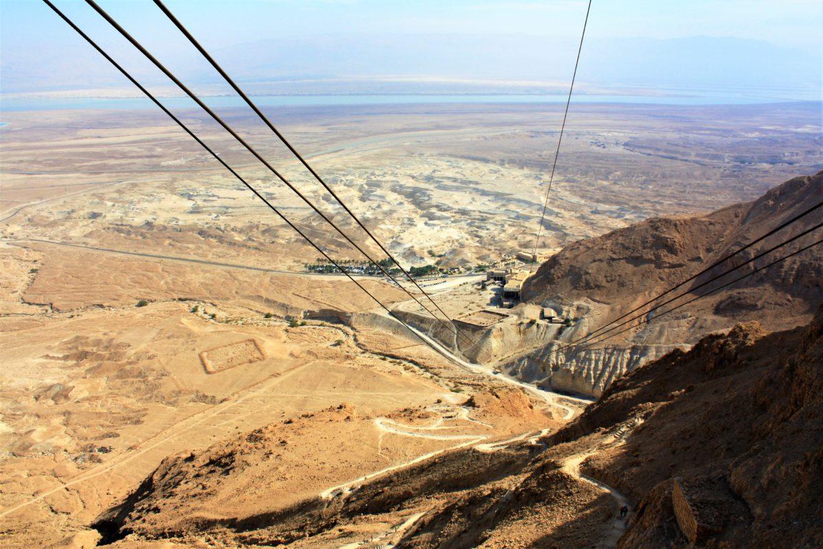 Kolejka linowa prowadząca na szczyt płaskowyżu. Bardziej wytrwali mogą dostać się tam wąską ścieżką. Wędrówka wymaga dobrej kondycji w palącym słońcu pustyni