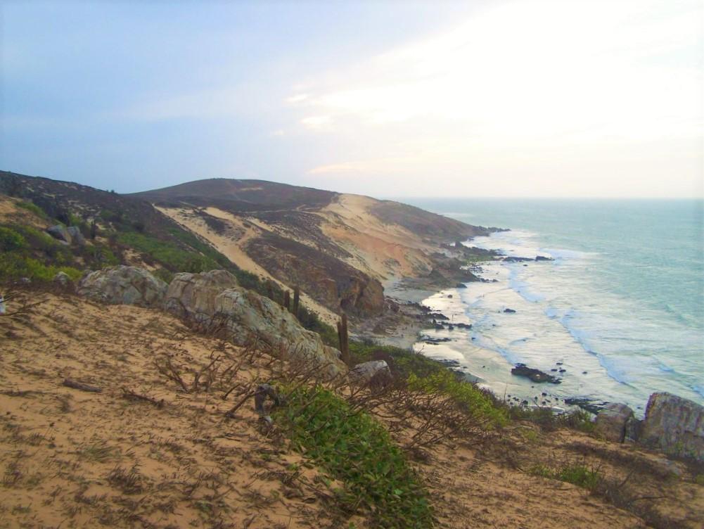 Kolorowe wydmy opadające wprost do Atlantyku