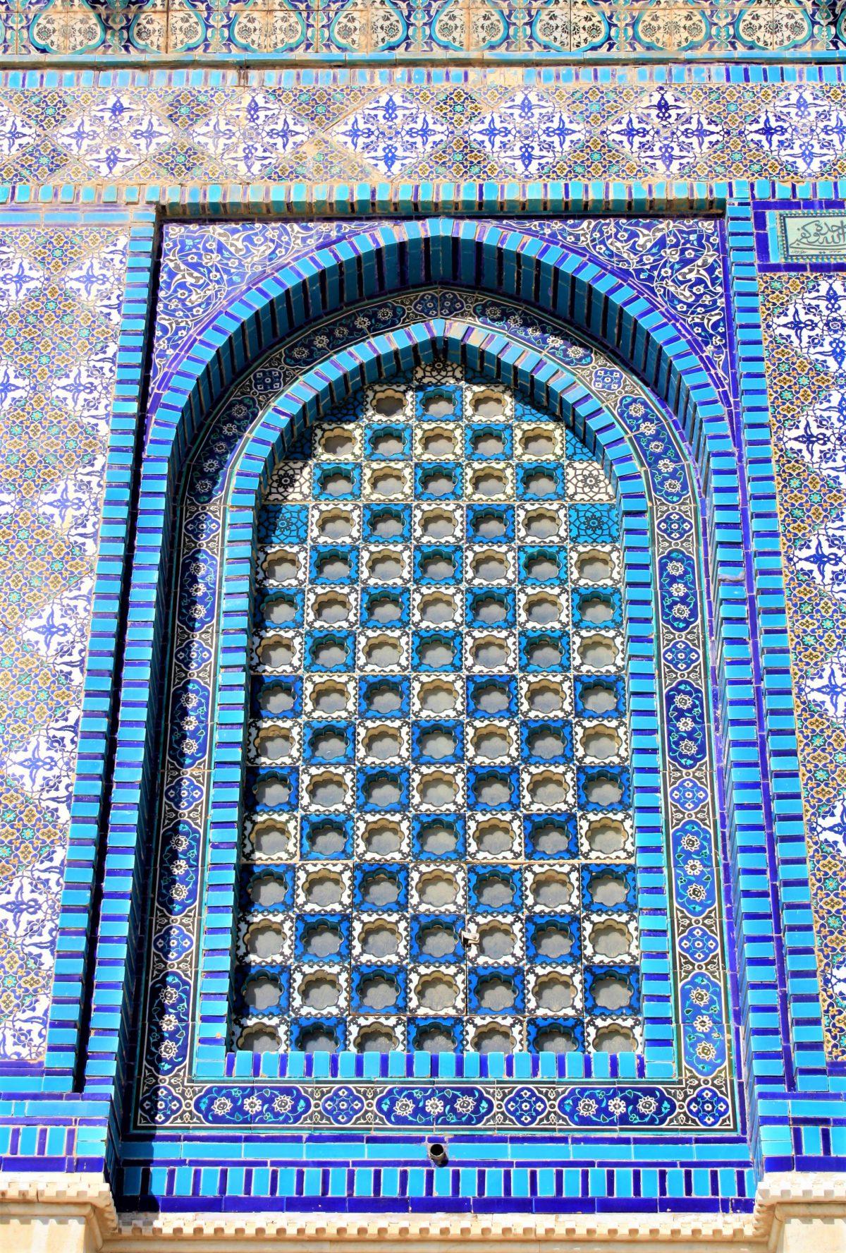 Kopuła na Skale. Mozaiki fajansowe z charakterystycznymi dla sztuki arabskiej wzorami geometrycznymi