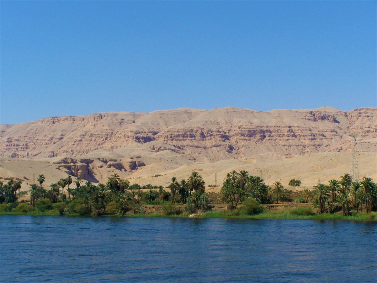 Majestatyczne, piaskowe góry i wzgórza kontrastują z zielenią nadbrzeżnej roślinności