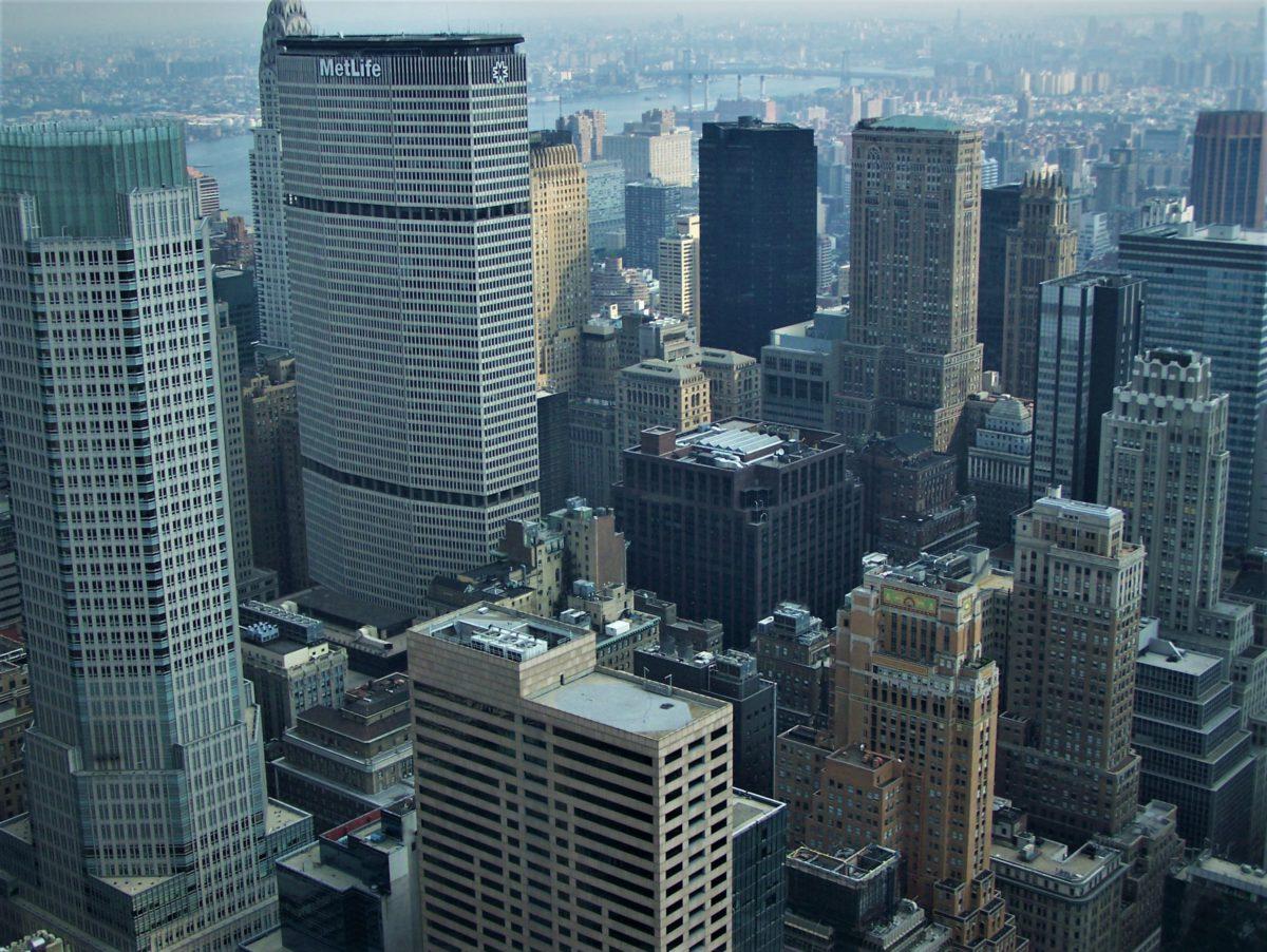Manhattan. Widok na sięgające nieba wieżowce