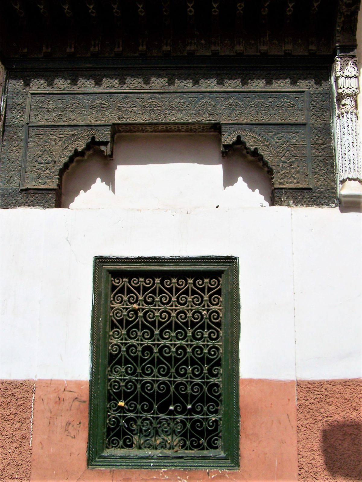 Marokańskie okna przysłaniają dyskretnie to co dzieje się wewnątrz budynku