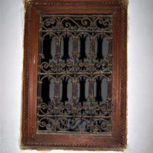 Maroko. Misternie wykonane metalowe zdobienie w drewnianym oknie