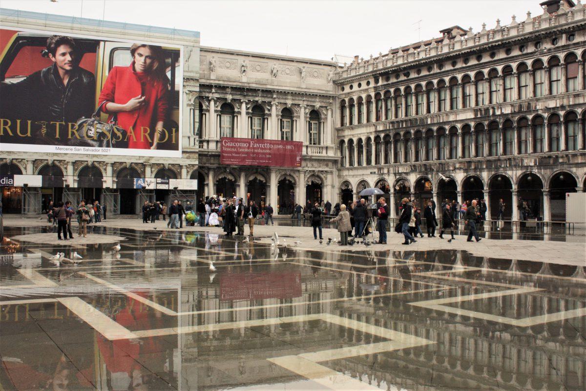 Na Placu Świętego Marka znajdują się eleganckie sklepy i restauracje