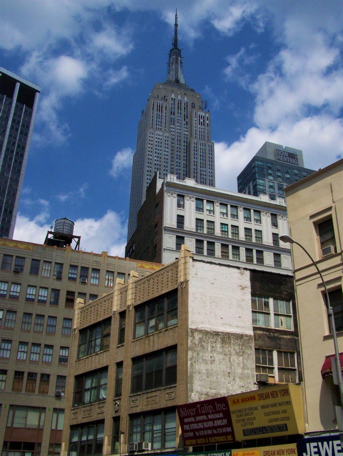 Najsłynniejszy w Nowym Jorku drapacz chmur króluje nad wszystkimi budynkami w okolicy