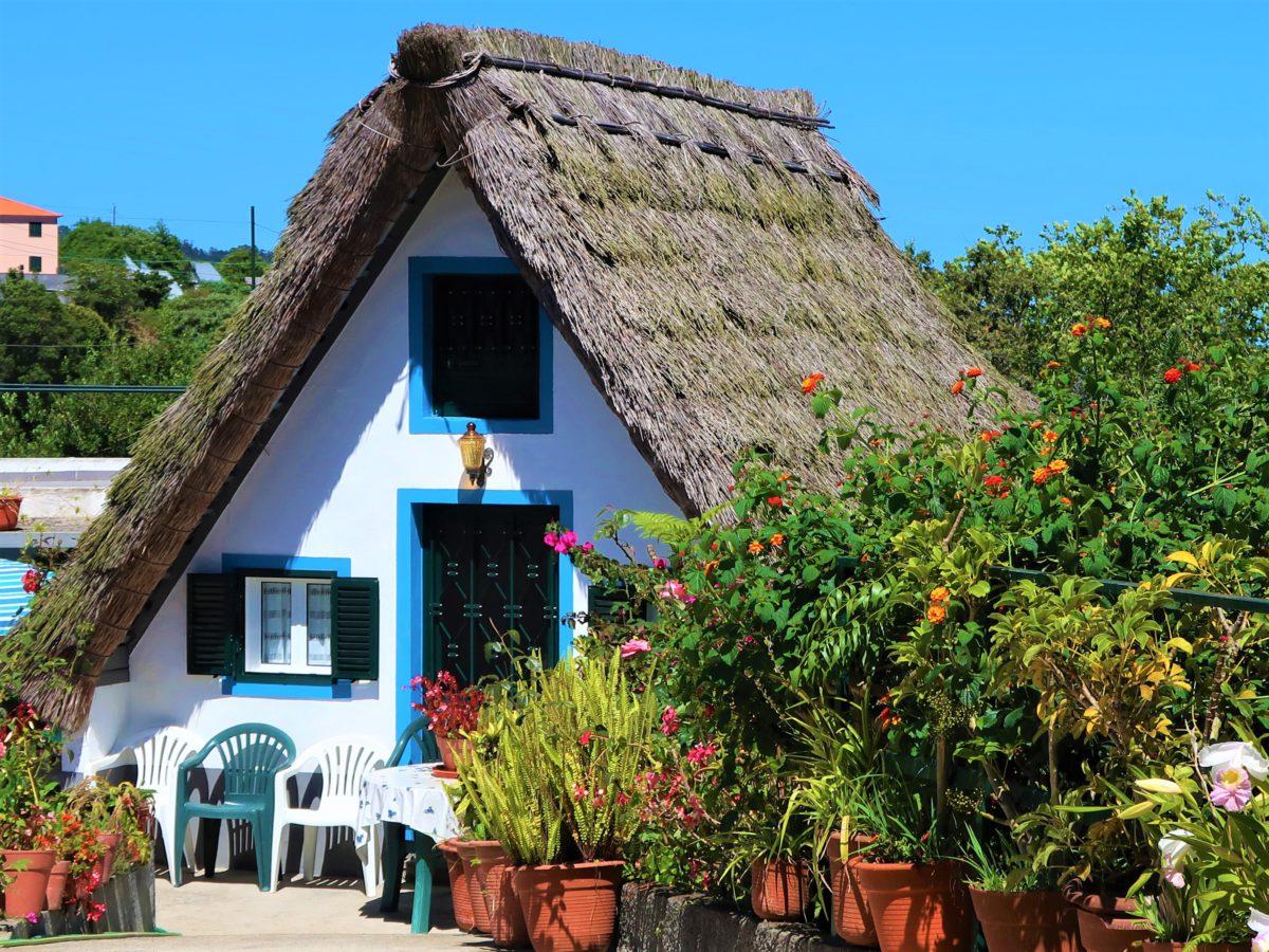 Niebieskie obwódki wokół okien to charakterystyczny element portugalskiej architektury