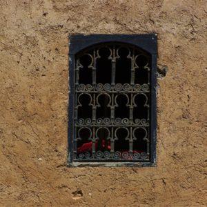 Okna zewnętrzne zazwyczaj są małe i przysłonięte metalową lub drewnianą kratą