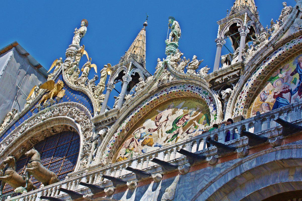 Półkoliste łuki na górnej kondygnacji Bazyliki Świętego Marka ozdobione są motywami roślinnymi, posągami i iglicami
