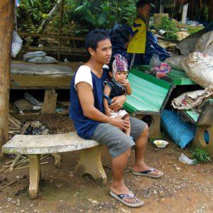 Akha borykają się z codziennymi problemami, wśród których najważniejsze to ubóstwo, ograniczony dostęp do edukacji i opieki medycznej