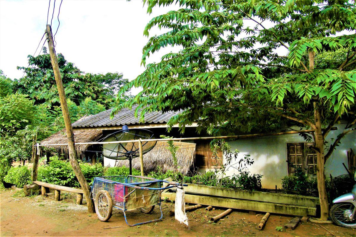 Skromny dom w wiosce plemienia Akha. Powoli dociera tu cywilizacja