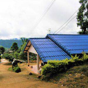 Część domów w górskich wioskach jest murowana, z dachami pokrytymi blachą