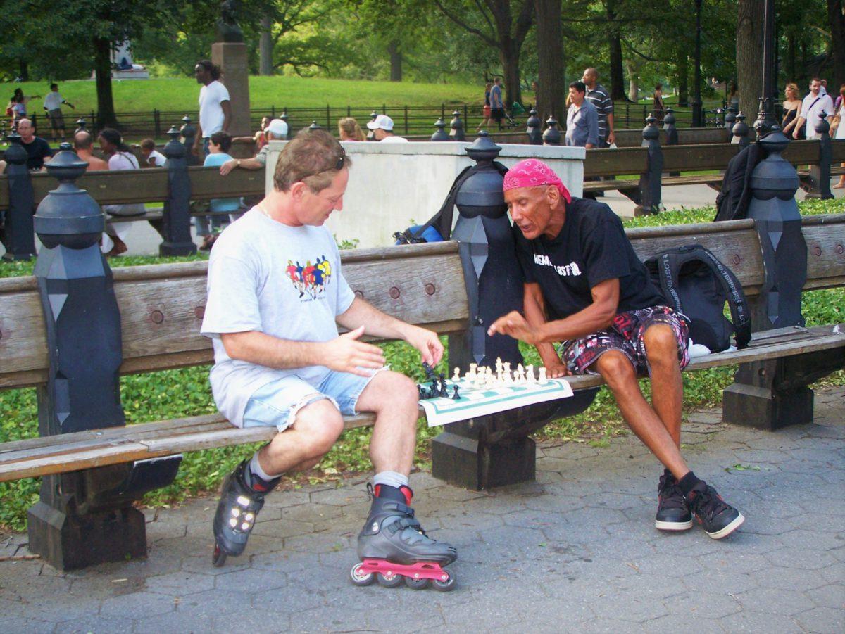 Partyjka szachów na parkowej ławeczce