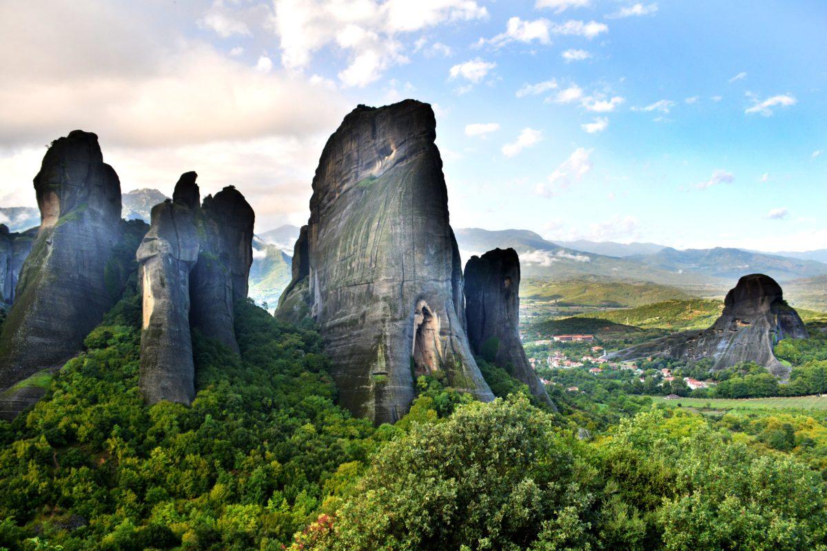 Pionowe skały, na których zbudowano Klasztory Meteora
