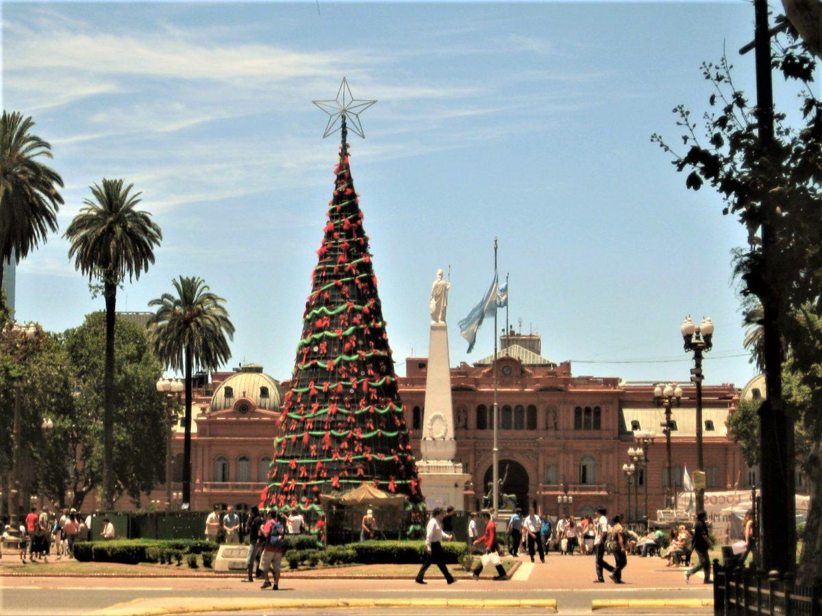 Plaza de Mayo. W tle Casa Rosada