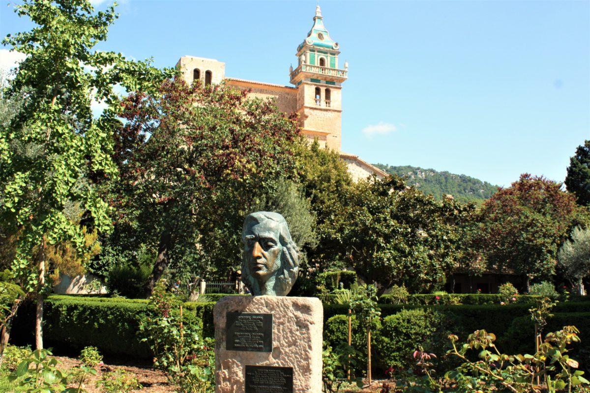 Pomnik Fryderyka Chopina na dziedzińcu Klasztoru Kartuzów