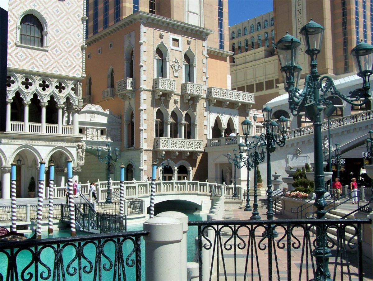 The Venetian. Po lewej replika Pałacu Dożów