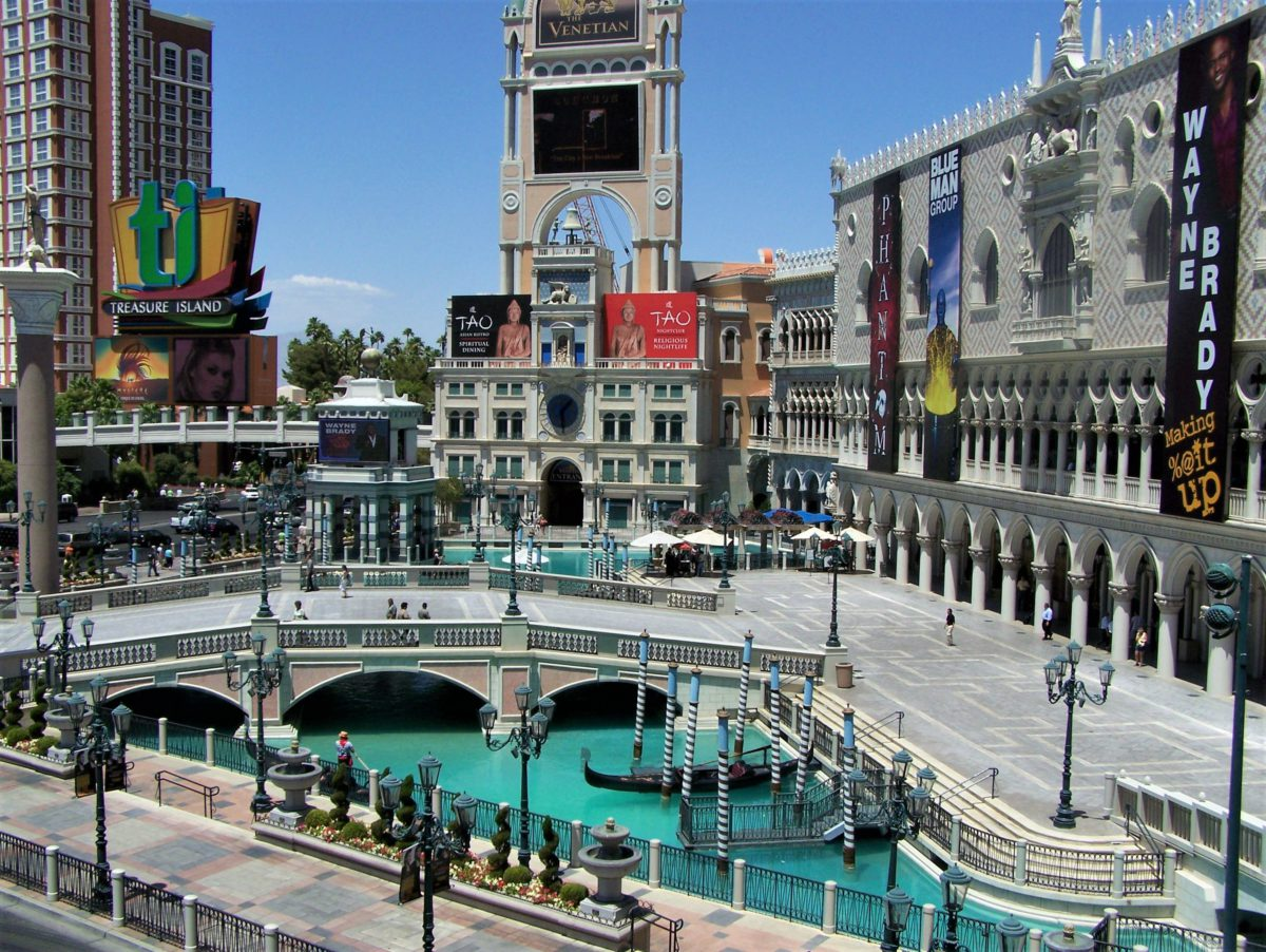 The Venetian. Replika Placu Św. Marka z Wieżą Zegarową po lewej stronie i Pałacem Dożów po prawej