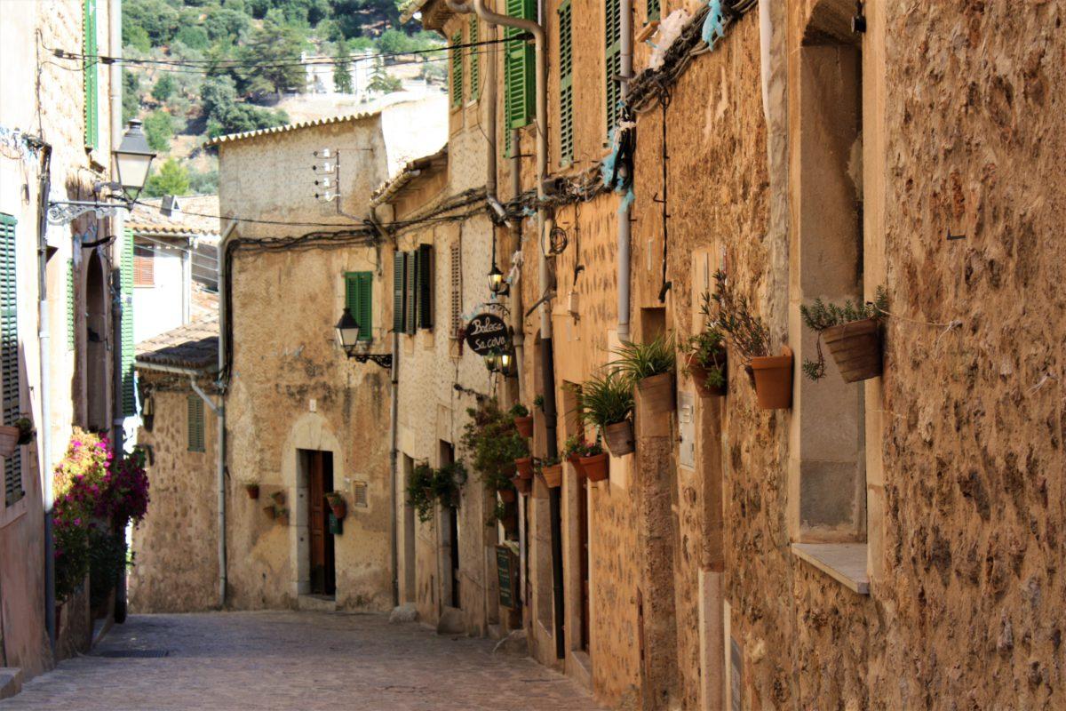 Wąskie uliczki w Valldemossa