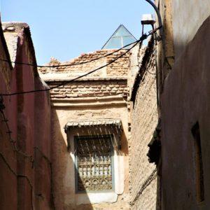 Wąskie przejścia i labirynt uliczek w jednym z marokańskim miasteczek