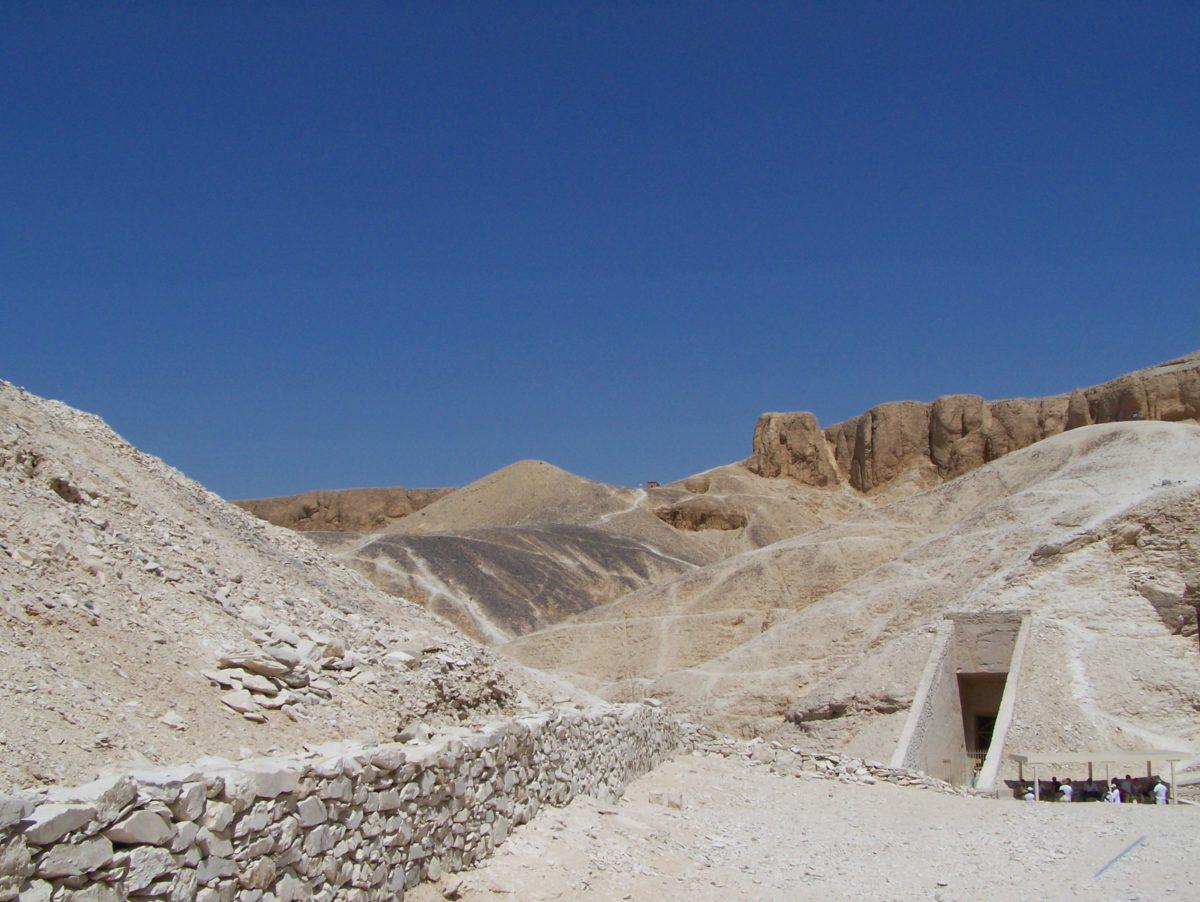 Wejście do jednego z licznych grobowców w Dolinie Królów