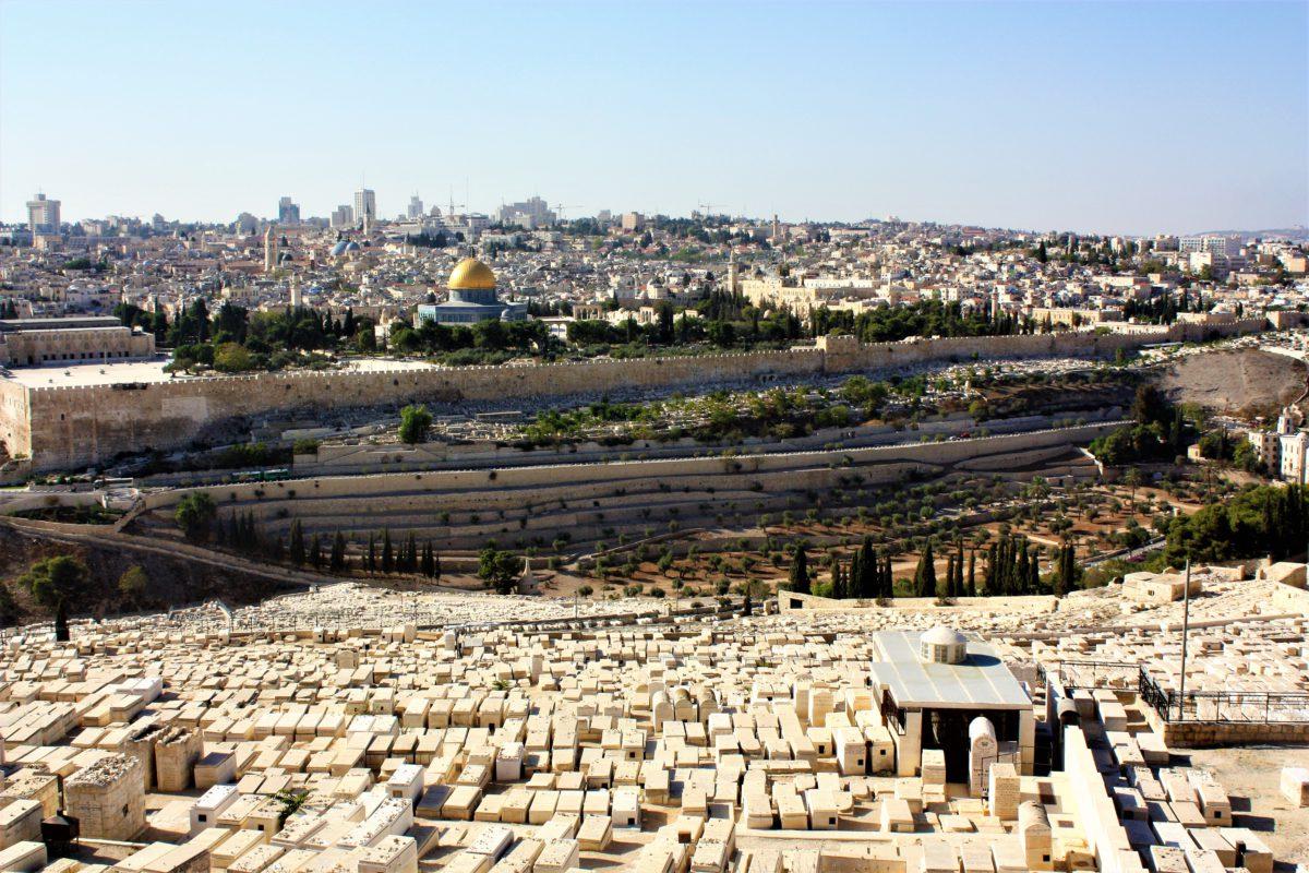 Widok na Jerozolimę z Góry Oliwnej. Na pierwszym planie Cmentarz Żydowski. W tle Wzgórze Świątynne i Kopuła na Skale
