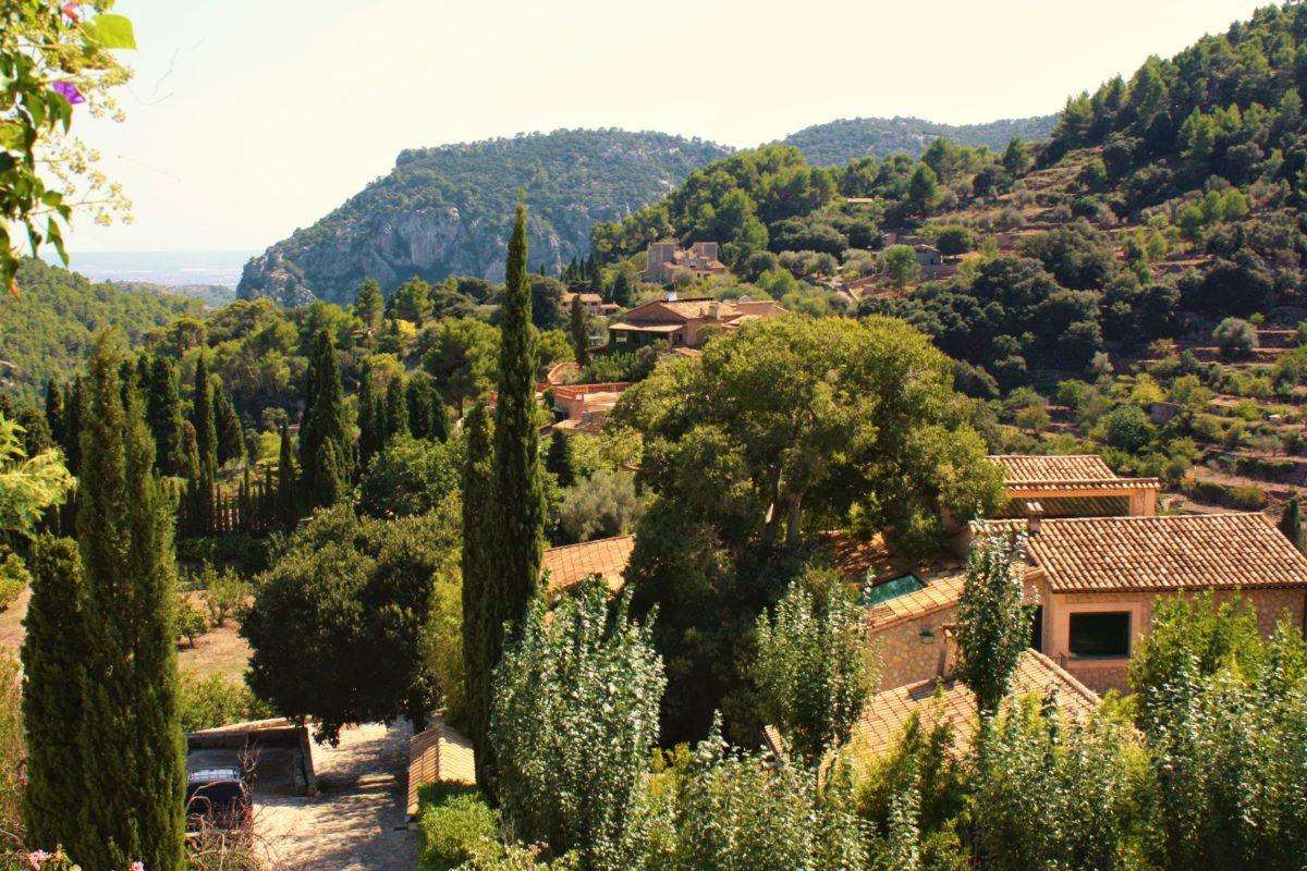 Widok na Valldemossę z tarasu celi klasztornej