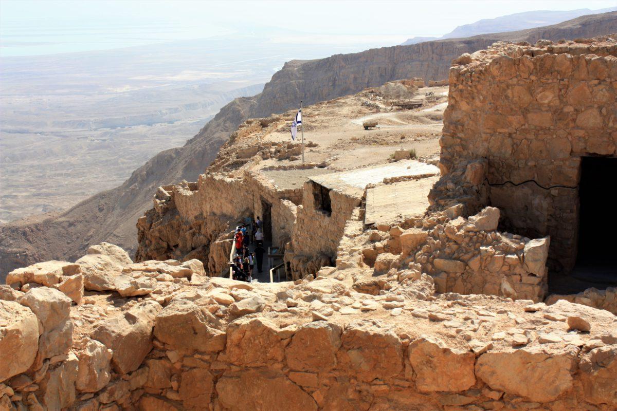 Zachowane fragmenty zabudowań w twierdzy Masada. W tle widok na Morze Martwe