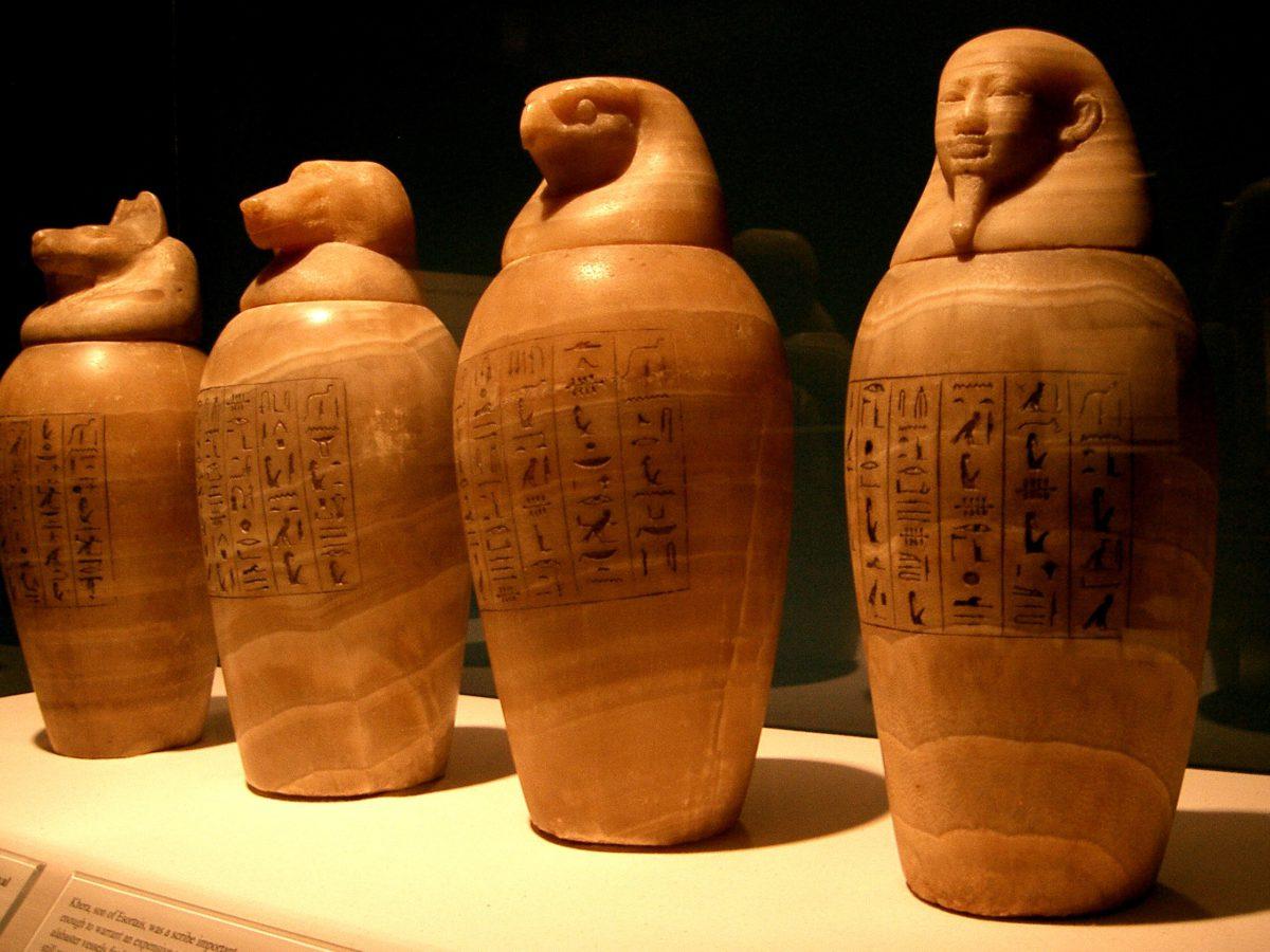 Urny kanopskie były wykonane z gliny, alabastru lub wapienia