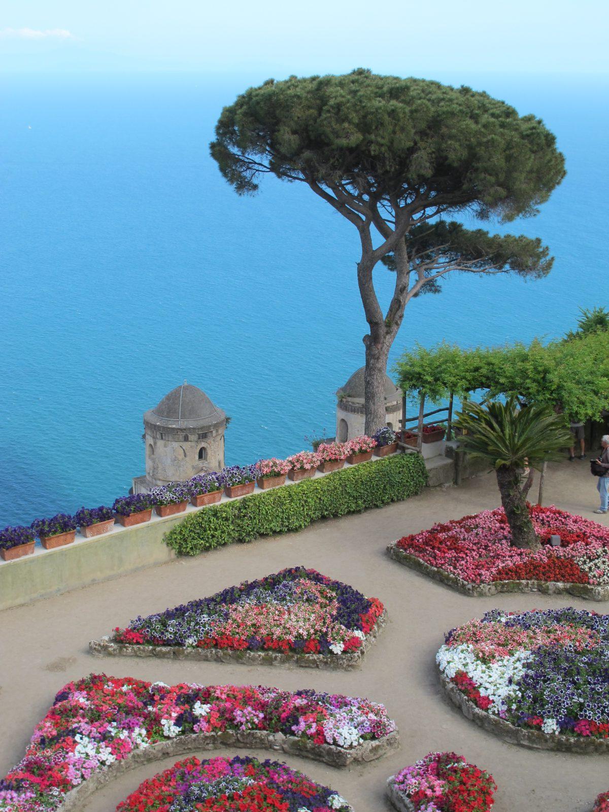 Capri pokryta bujną roślinnością śródziemnomorską tworzy niezwykły krajobraz, uwieczniony w licznych piosenkach i dziełach sztuki