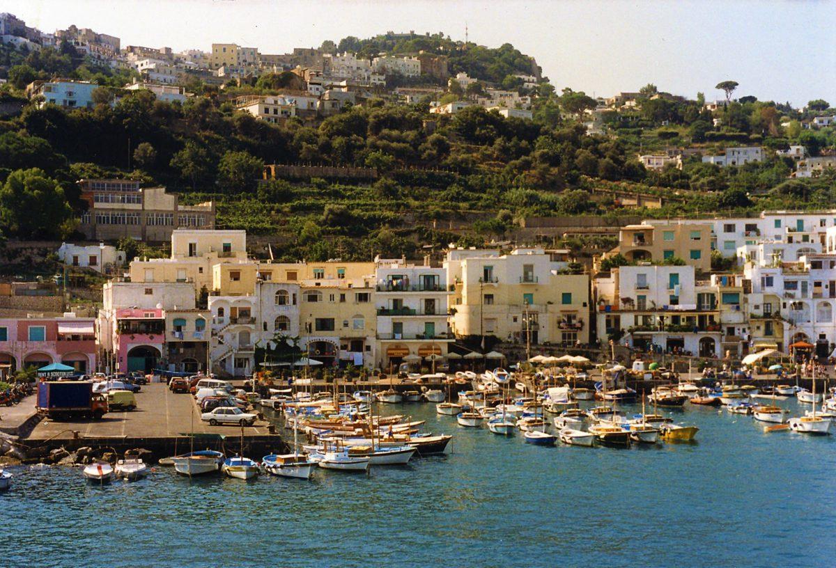 Marina Grande. Wzniesione na samym skraju morza domy zostały przekształcone w przeważającej części w hotele oraz restauracje