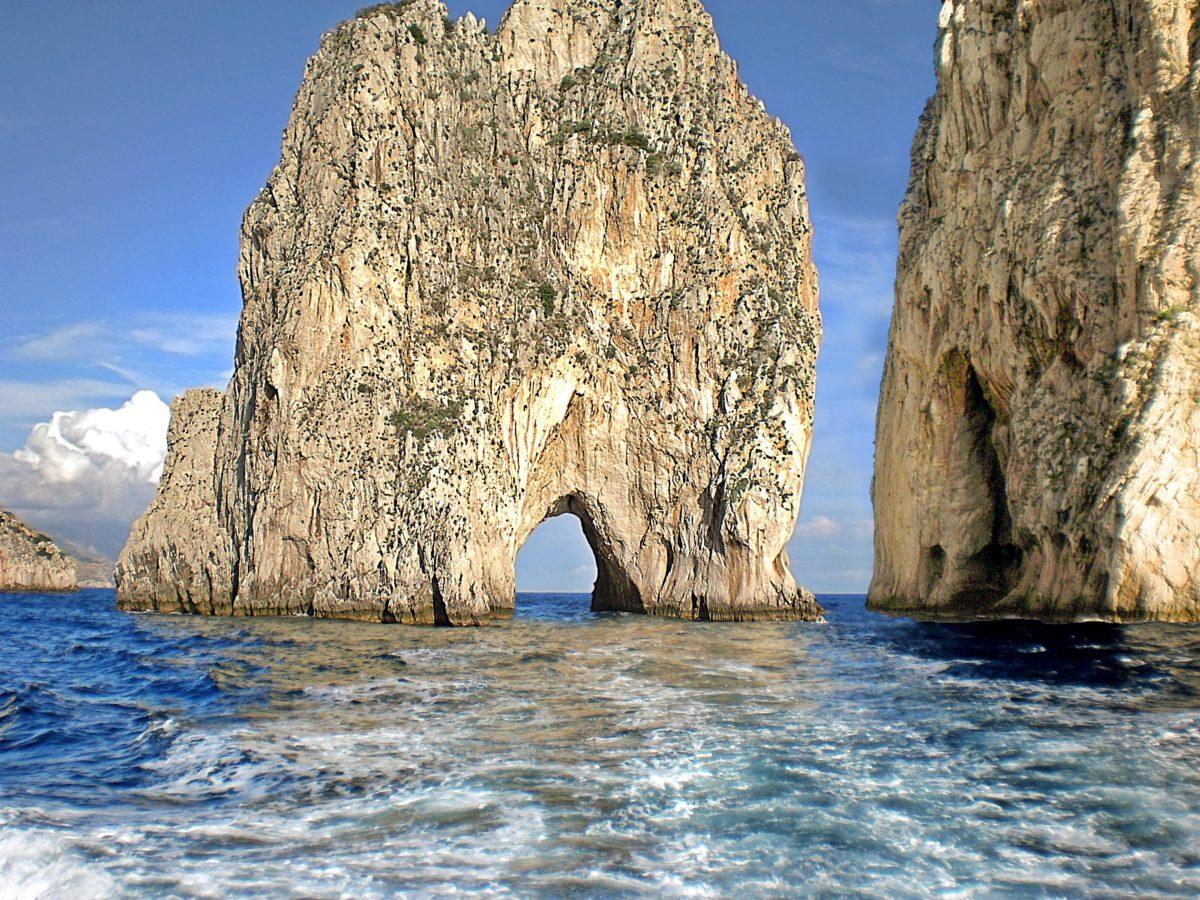 Formacje skalne: Faraglione di terra (położona najbliżej lądu), Faraglione di mezzo (środkowa) oraz Faraglione di fuori (zewnętrzna)