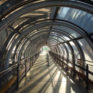 Centrum Pompidou. Przeszklone schody na zewnątrz budynku