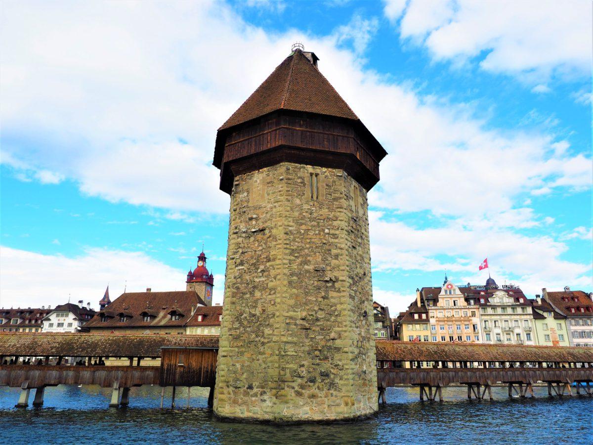 Lucerna. Kapellbrücke połączony jest z ośmiokątną, 43-metrową kamienną wieżą Wasserturm