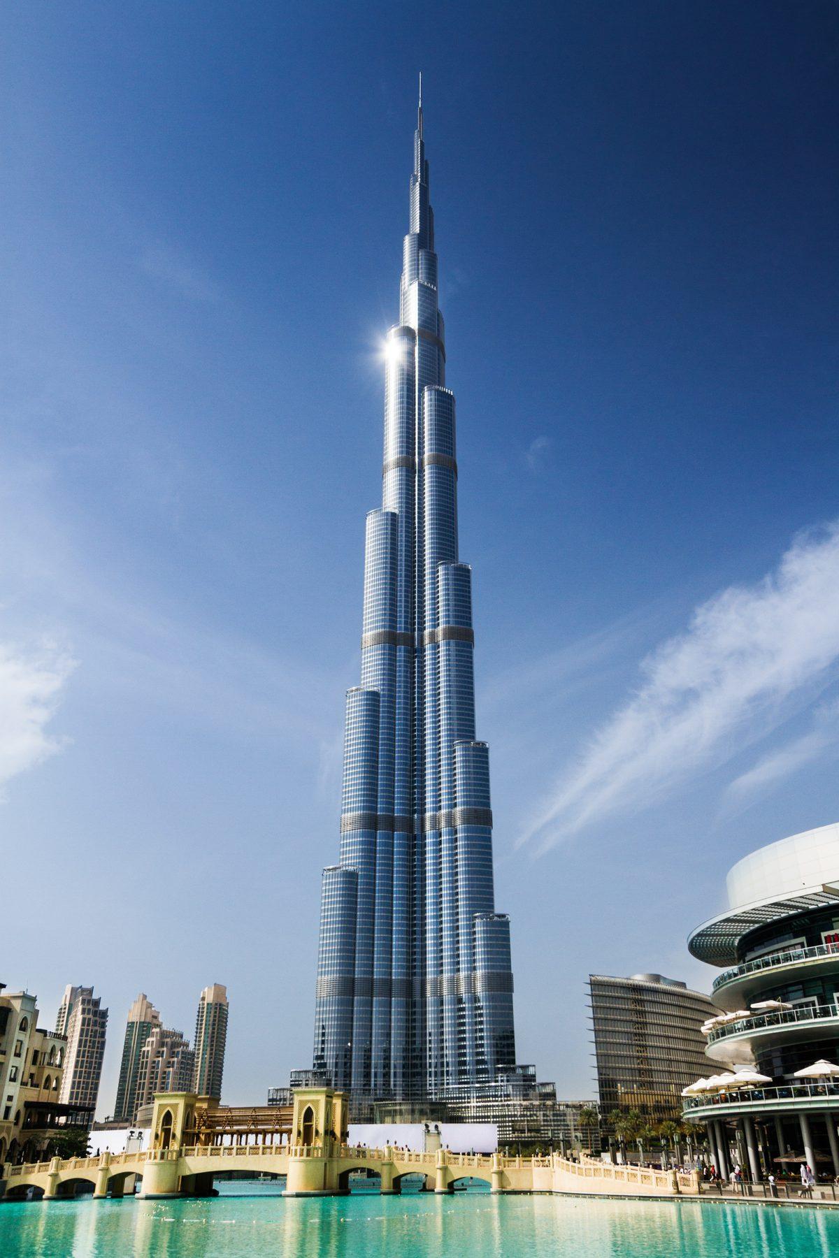 Burj Khalifa w Dubaju. Forma zewnętrzna budynku nawiązuje do kwiatu ismeny