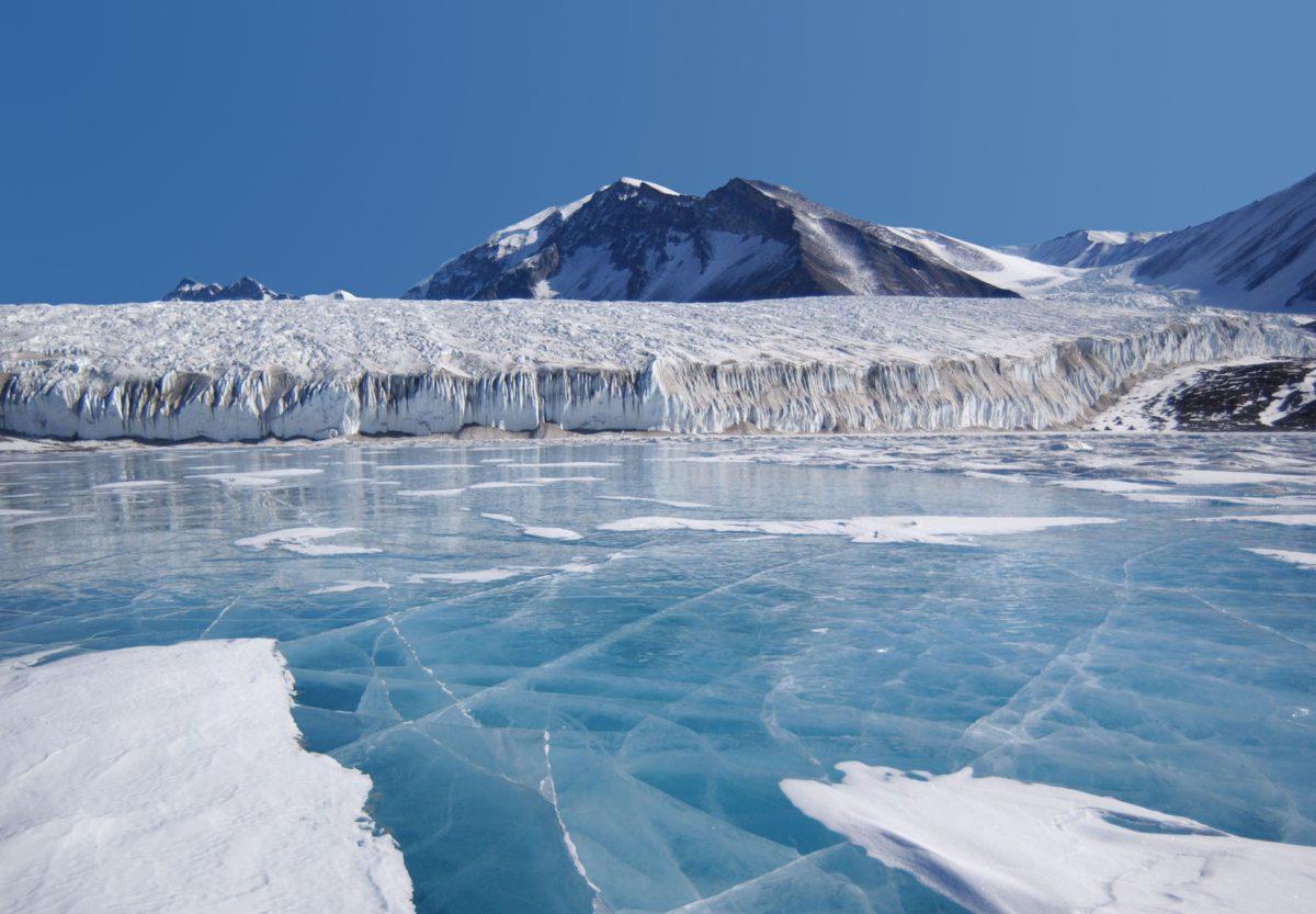 Ekstremalnie niskie temperatury, potężne wiatry, gęste mgły i nieprzewidywalna pogoda znacznie utrudniają eksplorację Antarktydy