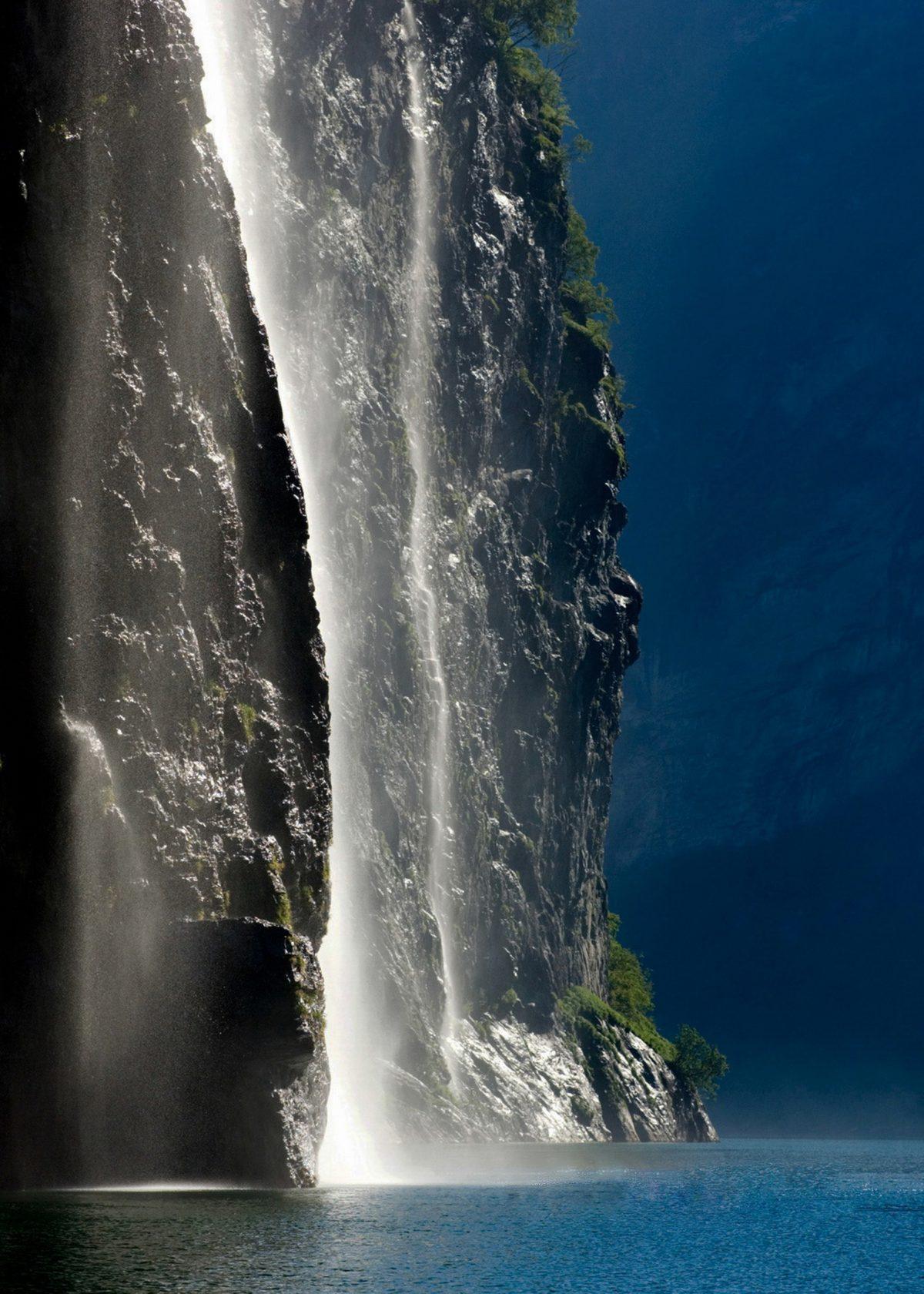 Wodospady wpadają do Fiordu Geiranger potężną kaskadą z wysokości kilkuset metrów